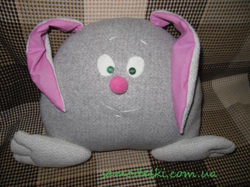 Подушка-заяц из старой кофты