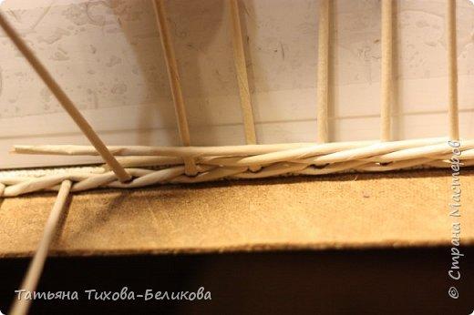 Картонное дно в плетеном из газетных трубочек изделии. МК