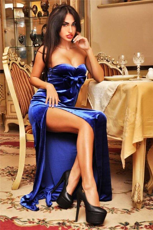 Брюнетка в платье с вырезом