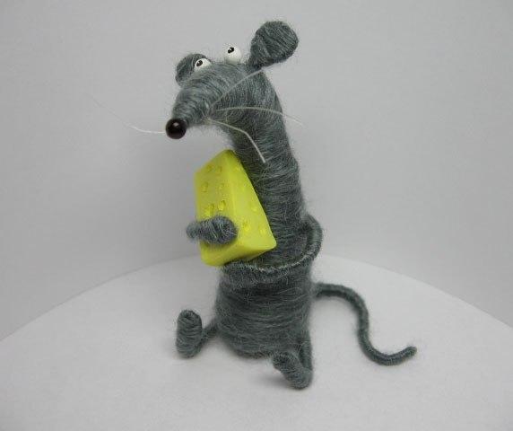 Мышонок из пробки и ниток своими руками