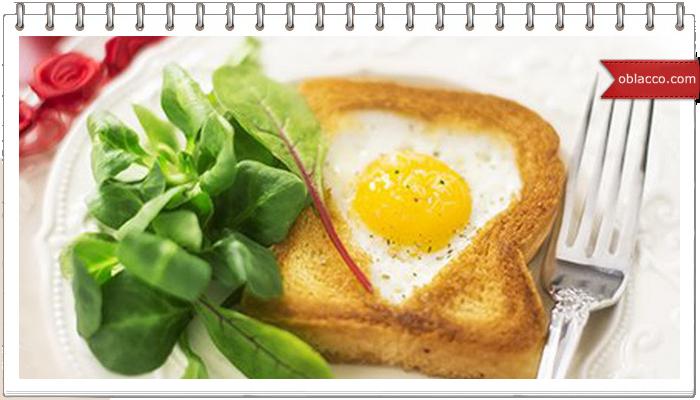 Красивая яичница с гренкой и сыром