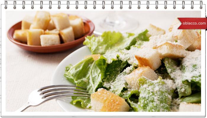 Теплый салат с курицей, свеклой и сухариками