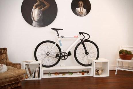 велосипед в прихожей