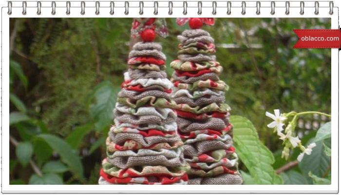 Елочка из мешковины и венки рождественские