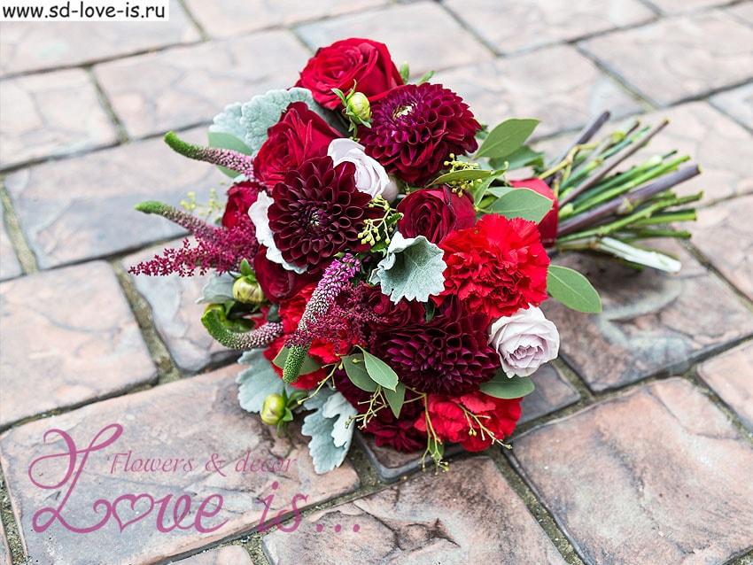 Букет невесты из красных и бордовых цветов