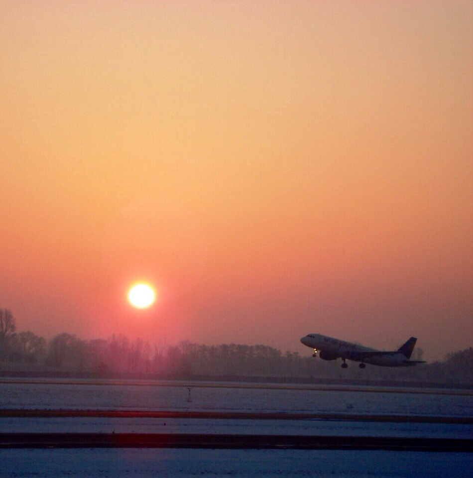 солнце самолет утро небо