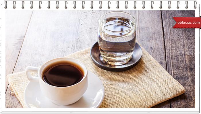 Над чашкой горячего кофе