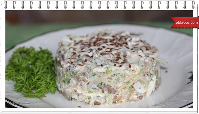 Салат из баклажан с яйцами и маринованным луком