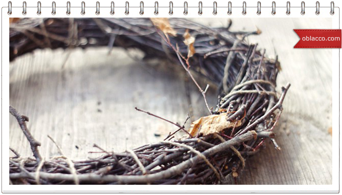 Рождественский венок из газетных трубочек под настоящую лозу