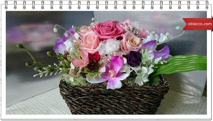 Композиция с искусственными цветами и сухоцветами
