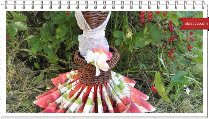 Кукла-салфетница плетеная из бумажных трубочек